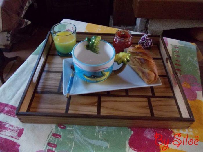 plateau de lit petit déjeuner